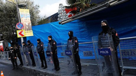 Turkish police stand guard outisde the Reina nightclub by the Bosphorus, which was attacked by a gunman, in Istanbul, Turkey, January 1, 2017. © Umit Bektas
